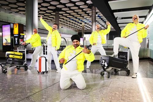 Работники аэропорта исполнили танец в честь Фредди Меркьюри